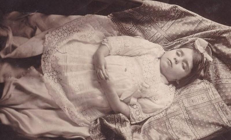 El cuerpo de una niña siendo parte de Modas raras de la fotografía